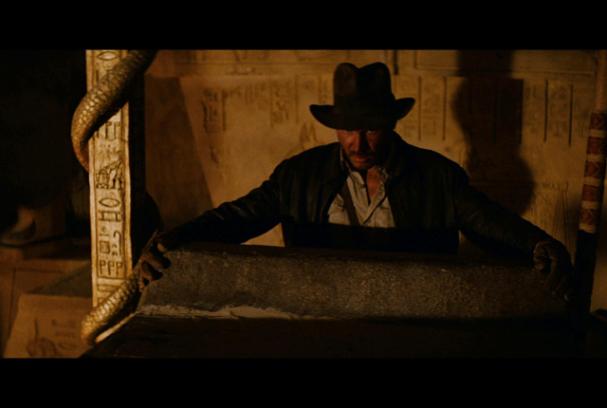 Auch hier wurden geheime Referenzen versteckt: An der Säule befinden sich Hieroglyphen von R2-D2 und C-3PO