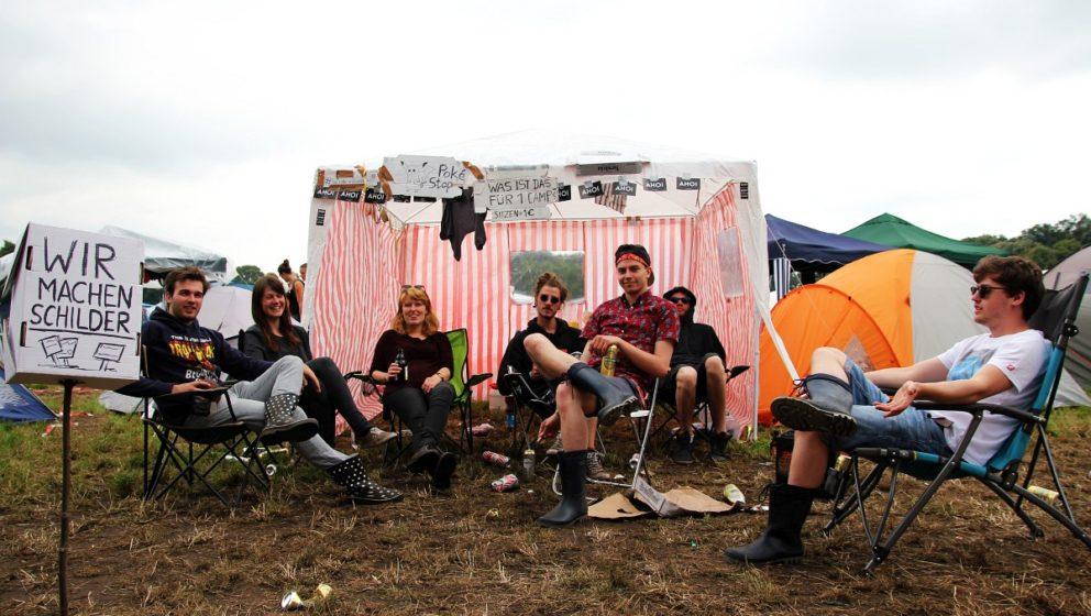 Die Schildermacher vor ihrem Camp.