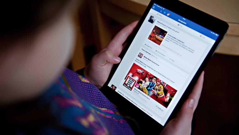 ARCHIV - ILLUSTRATION -  Ein junges Mädchen surft am 24.01.2014 in Berlin mit einem Tablet auf Facebook. Das World Wide Web