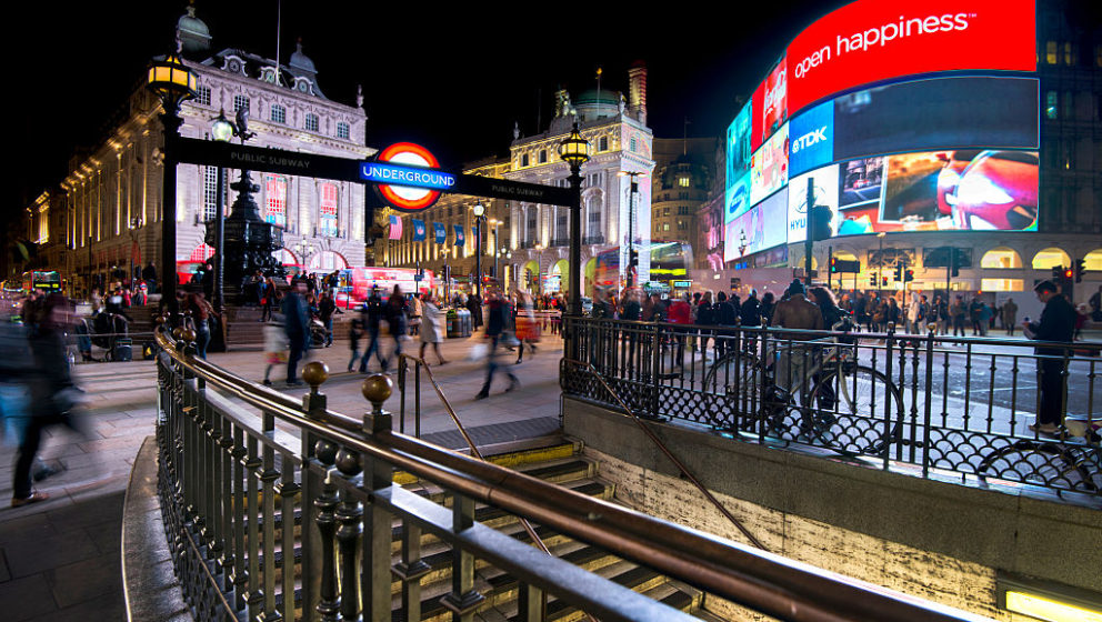 Die Piccadilly Circus Station bei Nacht