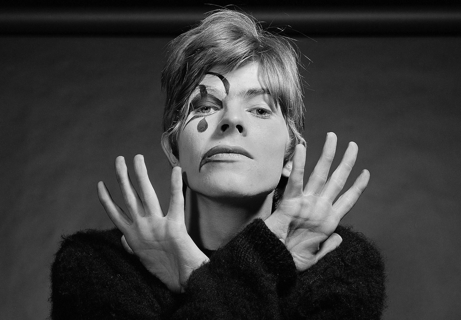 Bowie als Harlequin. Auf den Fotos von Gerald Fearnley war David gerade mal 20 Jahre alt.