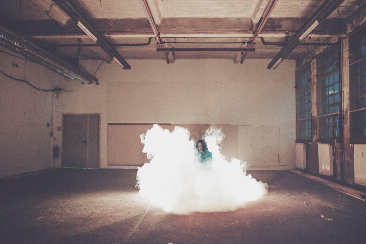 Das ist Adna. Dass ihre neue EP SMOKE heißt, erklärt wohl auch das hier gezeigte Fotomotiv.