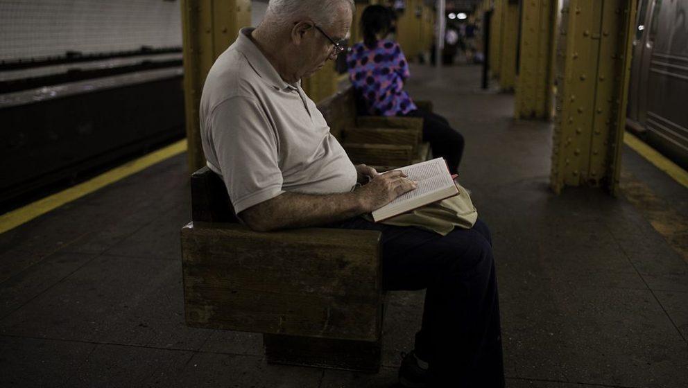 Lesender in einer U-Bahn-Station in Brooklyn, New York