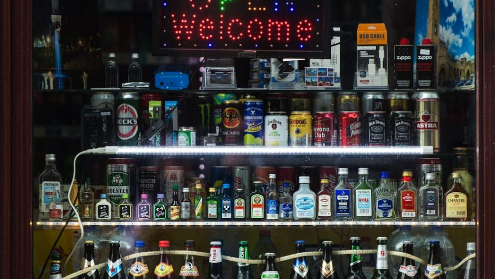 ARCHIV - Eine Leuchttafel mit dem Schriftzug ´Open Welcomeª und zahlreiche alkoholische Getr‰nke stehen am 23.05.2016 in
