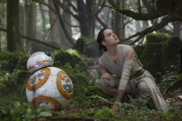 Ein erstes Setfoto zeigt Rey (Daisy Ridley) und den allseits beliebten Droiden-Begleiter BB-8.