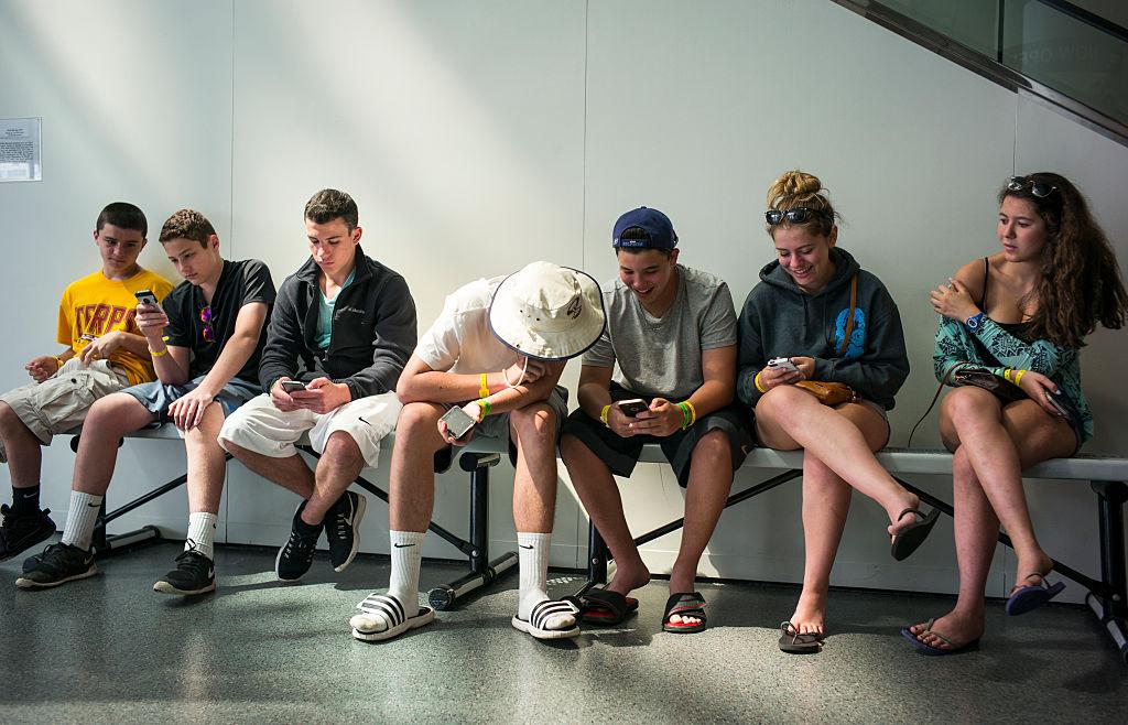 """Jugendliche mit """"Swagphones"""" (Smartphones zum Angeben)"""