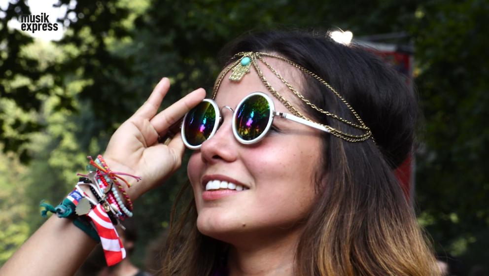 Die Sonnenbrille sitzt, der Kopfschmuck auch: Besucherin beim Lollapalooza Berlin im September 2016.