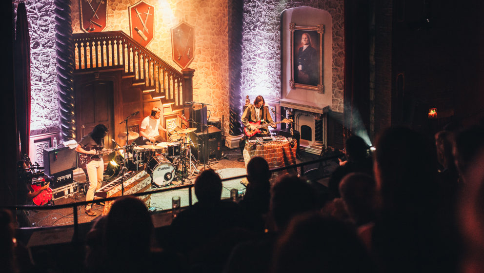 Woman live im Imperial Theater.