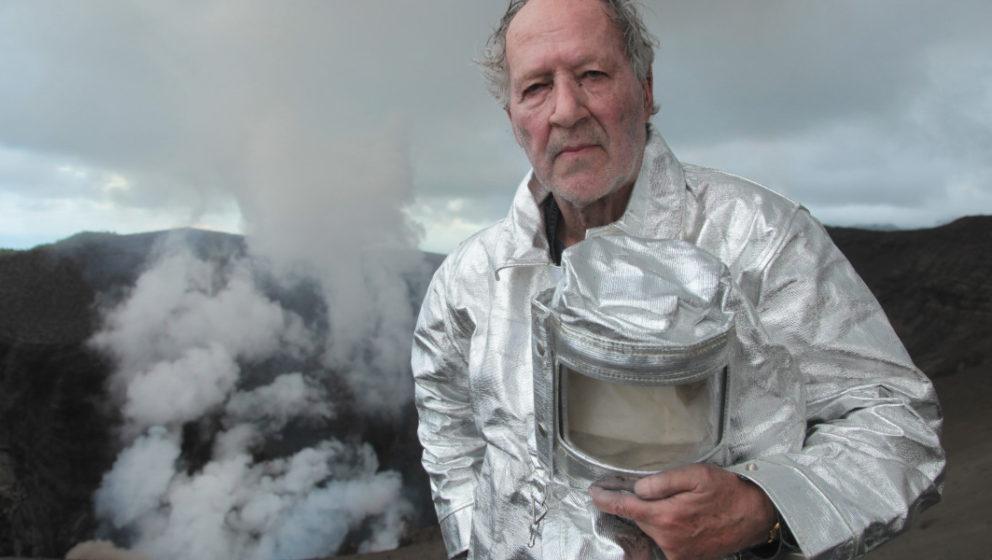 """Werner Herzog beim Dreh zu """"In den Tiefen des Infernos""""."""