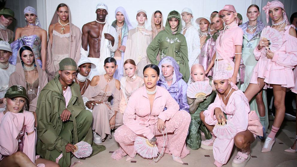 Rihanna umringt von ihren Models bei der Präsentation der Spring/Summer-Kollektion von Fenty x Puma