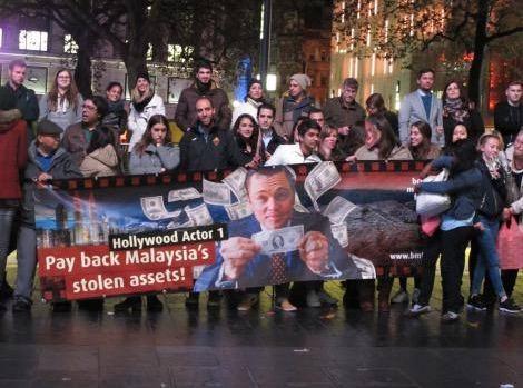 Protestbanner gegen DiCaprio in London.