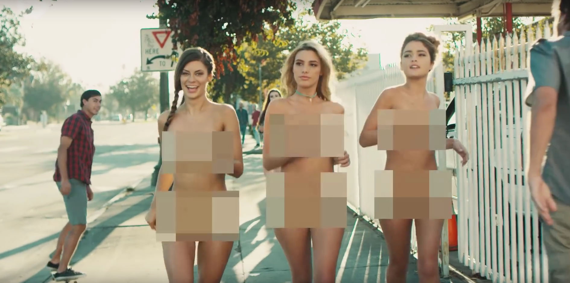 Statt den Bandmitgliedern laufen nun drei nackte Frauen durch das Video.