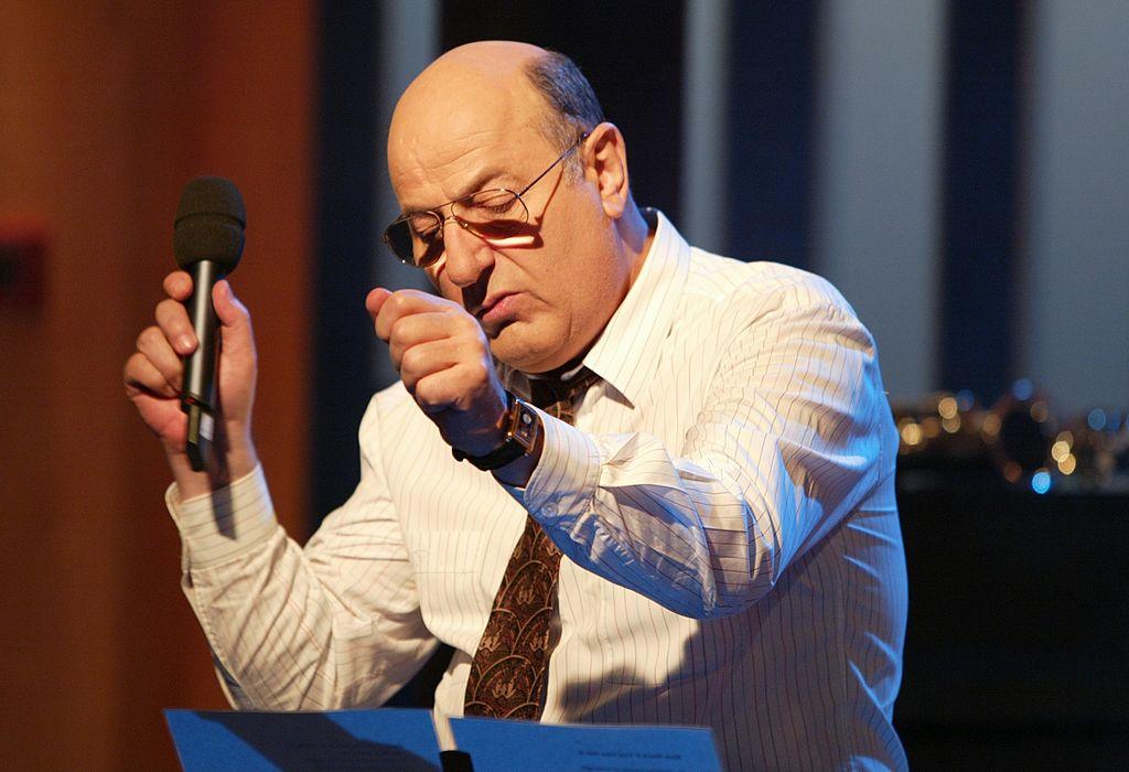 Manfred Krug, WDR-Show 'B.trifft', Köln, 07.11.2003, , s, Schauspieler, Porträt, Mikrofon, Mikrophon, Gesang, singen, Chans