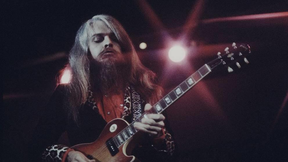 Leon Russell playing guitar live at Nippon Budokan, Tokyo, November 1973. (Photo by Koh Hasebe/Shinko Music/Getty Images)