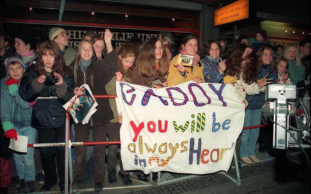 Fans begrüßen Paddy von 'Kelly Family' mit Transparent, vor Verleihung 'Bambi', Gala im Hauptbahnhof, München, Bayern, Deutschland, Europa, Fan, Reise
