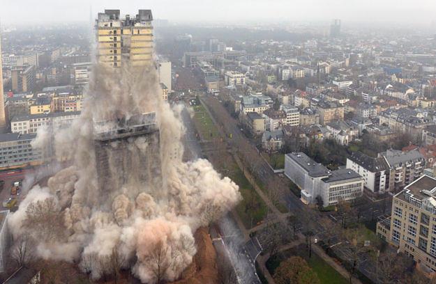 HANDOUT - Das Handout des Technischen Hilfswerk (THW) zeigt die Sprengung des ehemaligen Uni-Turms in Frankfurt am Main (Hessen) am 02.02.2014. Die Fassade wurde dabei frŸher gesprengt als der Kern des GebŠudes. Dabei entstand eine riesige Staubwolke. Mit 116 Metern Hšhe war es das hšchste je gesprengte Haus in Europa. Foto: Kai-Uwe WŠrner/THW/dpa (ACHTUNG: Verwendung nur mit dem Hinweis auf die Quelle: Kai-Uwe WŠrner/THW) +++(c) dpa - Bildfunk+++ | Verwendung weltweit