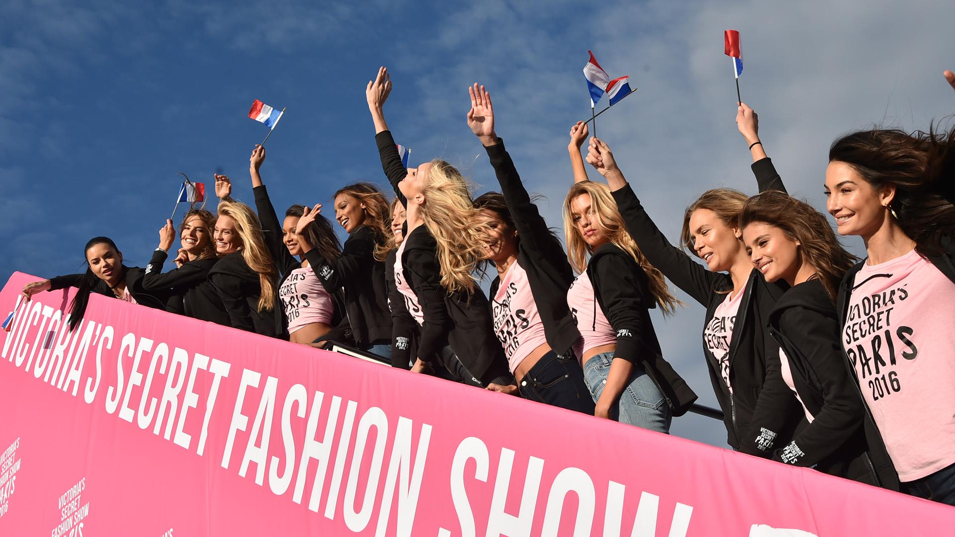 NEW YORK, NY - NOVEMBER 27:  Victoria's Secret models Adriana Lima, Alessandra Ambrosio, Romee Strijd, Lais Ribeiro, Jasmine