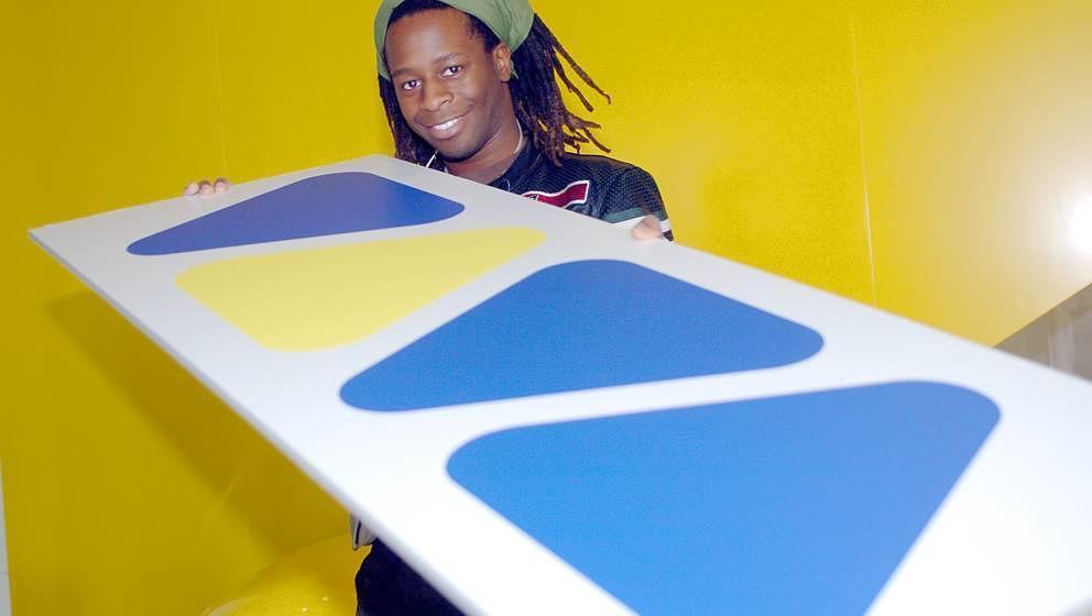 VIVA-Veteran und Moderator Mola Adebisi hält am Montag (10.11.2003) im Kölner Sendegebäude das bekannte Logo des Musiksend