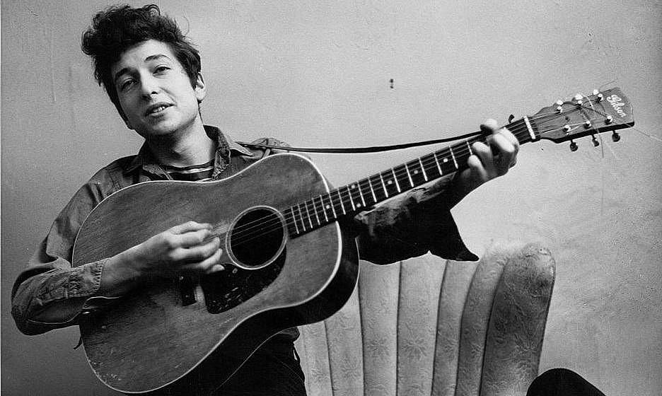 NEW YORK - SEPTEMBER 1961: Bob Dylan poses for a portraitwith his Gibson Acoustic guitar in September 1961 in New York City, New York. (Photo by Michael Ochs Archives/Getty Images)