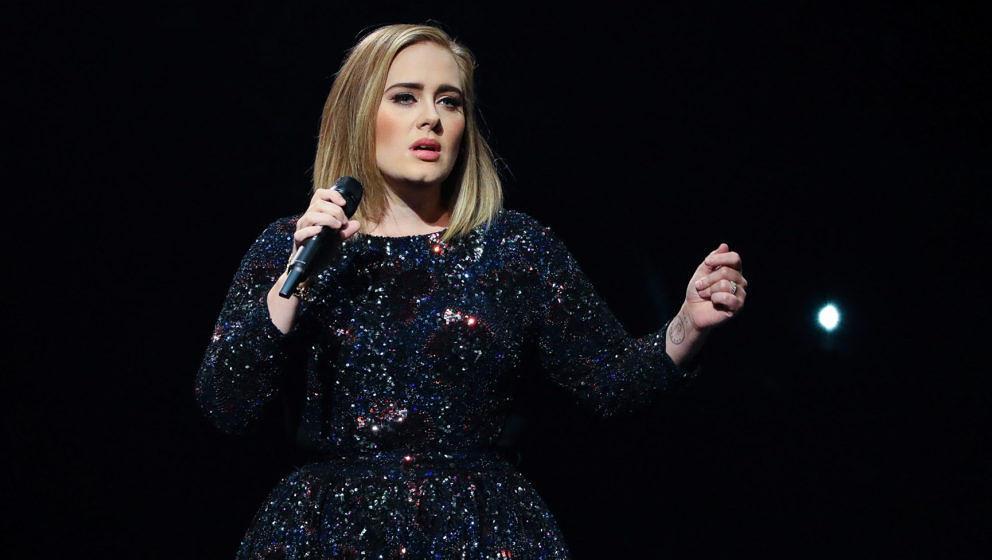AUBURN HILLS, MI - SEPTEMBER 06:  Singer/songwriter Adele performs at The Palace of Auburn Hills on September 6, 2016 in Aubu