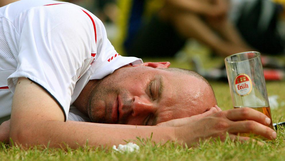 Betrunkener, schlafender, Mann (Symbolbild)