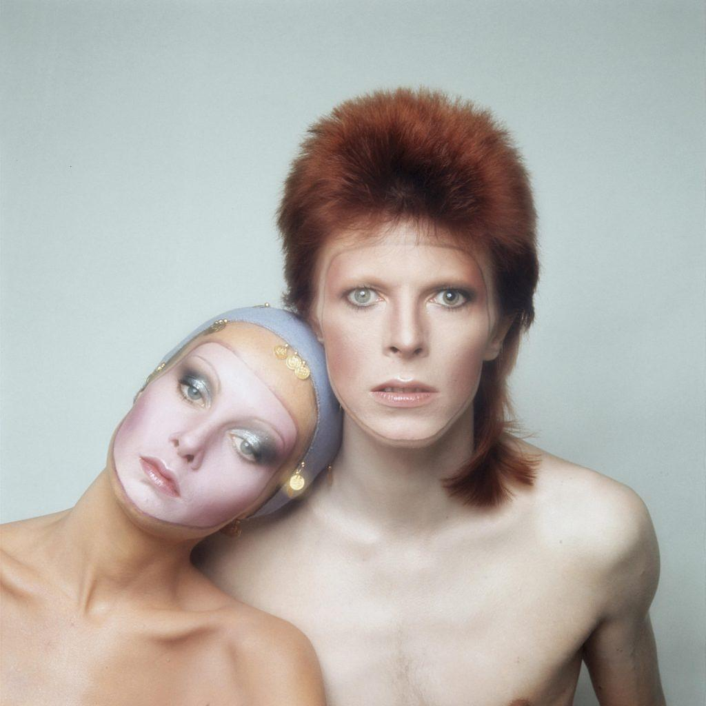 English model Twiggy poses with David Bowie in Paris for the cover of his 'Pin Ups' album, 1973. (Photo by Justin de Villeneuve/Hulton Archive/Getty Images)