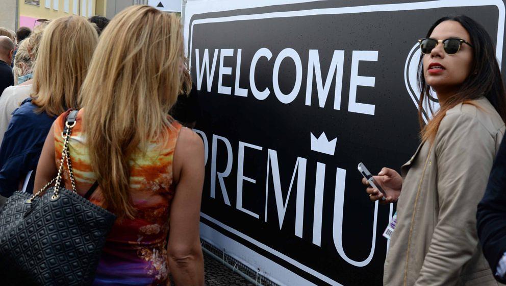 Aussteller und Händler kommen am 08.07.2014 auf der Messe Premium in Berlin zum Veranstaltungsort Station in der Luckenwalde