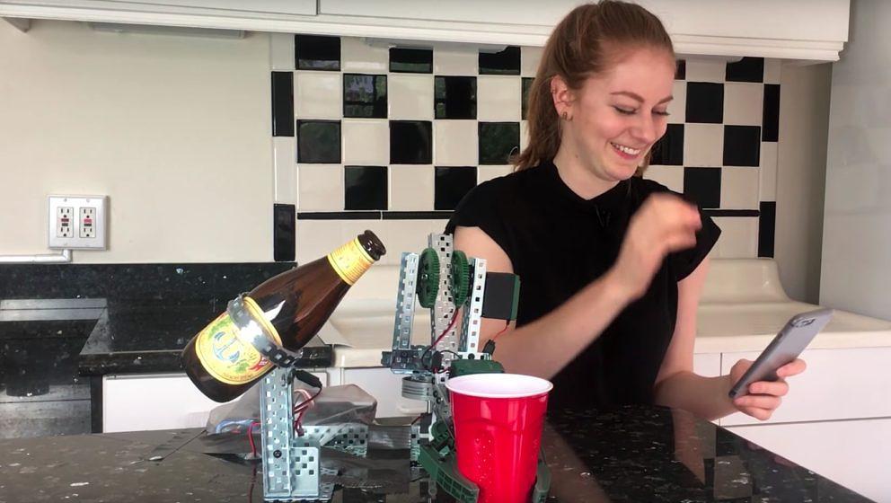 Simone Giertz mit ihrem Bier-Einschenk-Roboter.