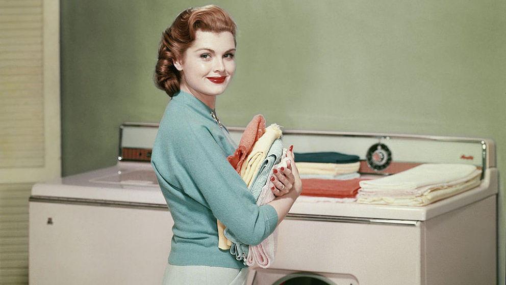Frau mit Waschmaschine (Symbolbild)