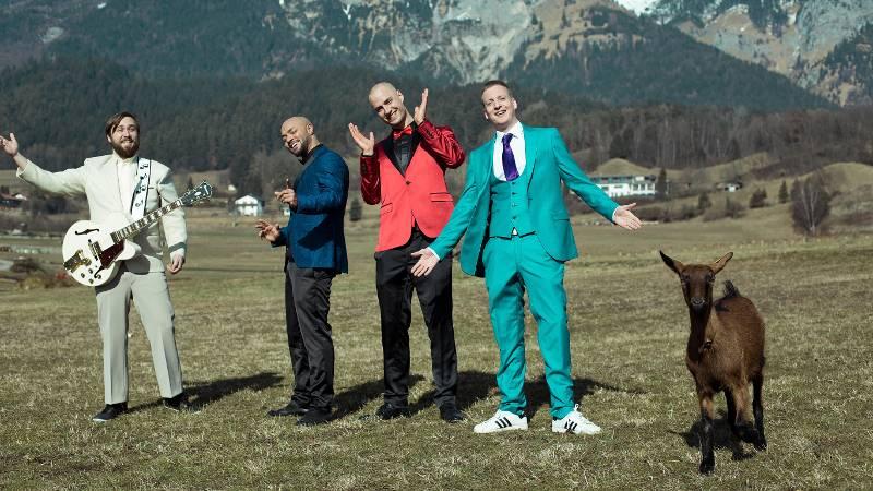 Die Schwarzwälder Kirschtorten haben eine Ziege in den Alpen getroffen und gemeinsam Musik gemacht.