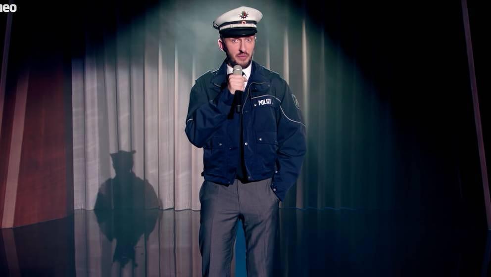 Jan Böhmermann singt in seiner Eigenschaft als Vorsitzender der Polizistensohn-Gewerkschaft über Rainer Wendt.