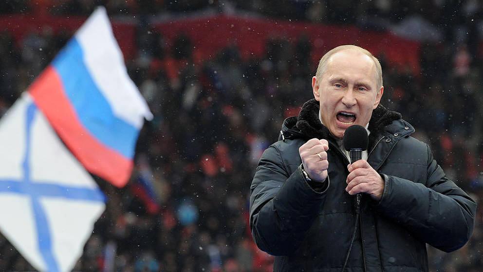 Sänger Wladimir Putin bei einem seiner Stadionauftritte im Jahr 2012.
