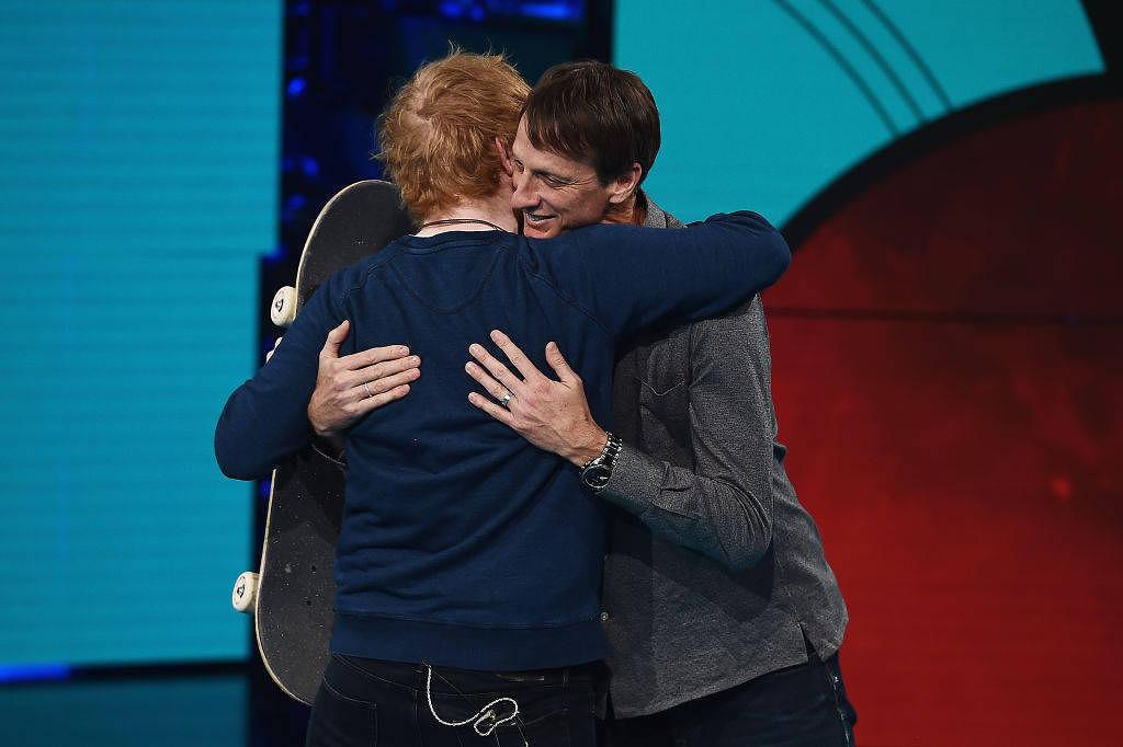 Ein jüngeres von sehr vielen Fotos, dass Ed Sheeran Arm in Arm mit anderer Prominenz zeigt. Hier mit Skateboard-Legende Tony Hawk in Italien.