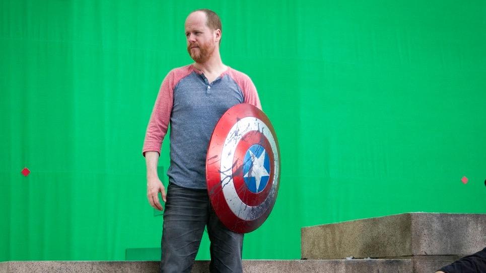 """Joss Whedon am Set von """"The Avengers"""" – dem Regisseur wird von mehreren Seiten missbräuchliches Verhalten vorgeworfen."""
