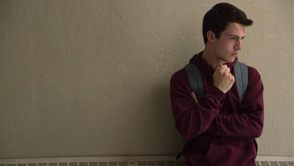 Clay hört sich die Leidensgeschichte seiner toten Mitschülerin Hannah an.