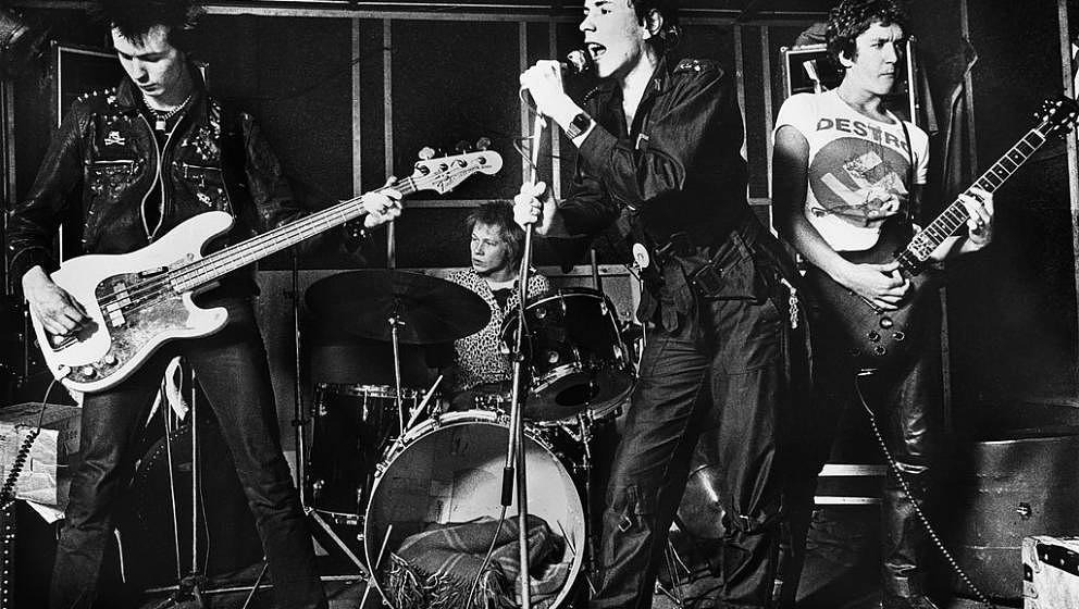 UNSPECIFIED - JANUARY 01:  Photo of Paul COOK and Steve JONES and Sid VICIOUS and SEX PISTOLS and Johnny ROTTEN; L-R Sid Vici