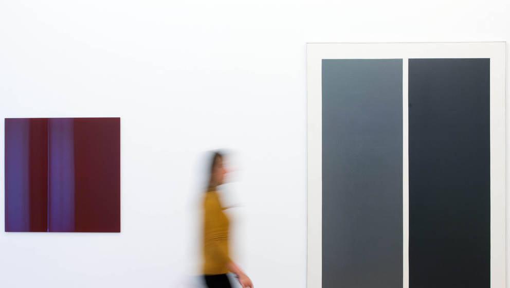Eine Museumsmitarbeiterin geht am 10.09.2015 in Leverkusen (Nordrhein-Westfalen an frühen Werken des Künstlers Gerhard Rich