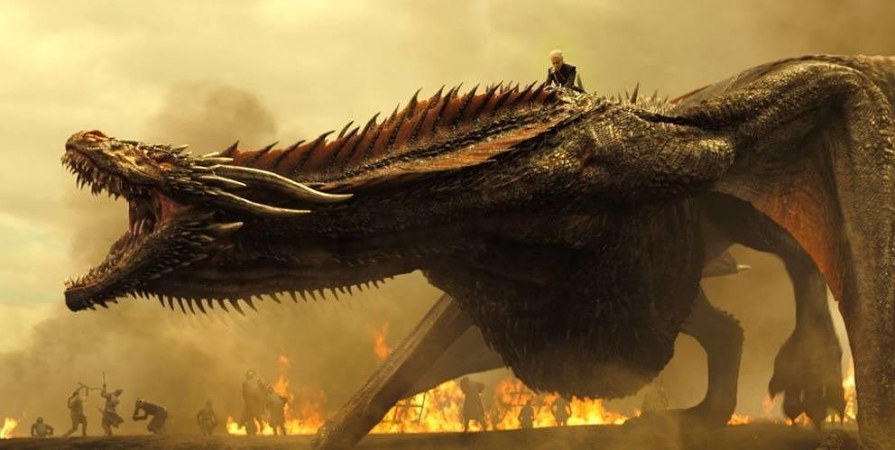 Daenerys Targaryen reitet auf ihrem Drachen.