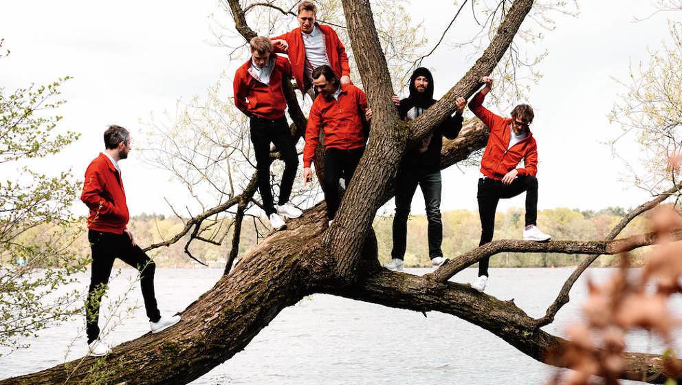 Kaum zu verwechseln: Kraftklub in roten Jacken, Marteria in schwarzem 'Stranger Things'-Hoodie.