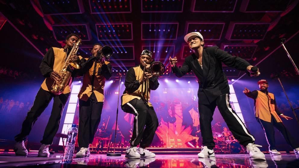 Bruno Mars mit seinen tanzenden Musikern, hier in Antwerpen
