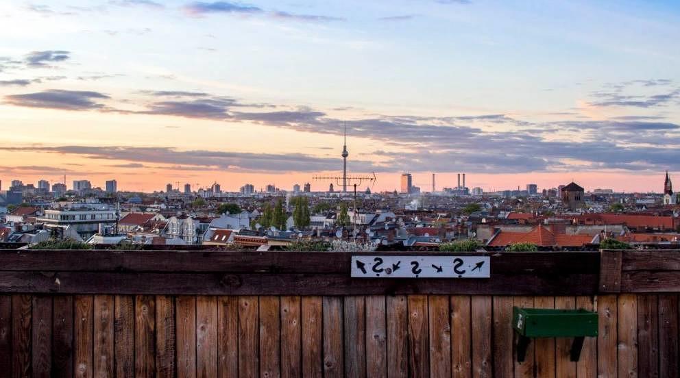 Der Klunkerkranich ist nicht nur eine gute Bar, sondern bietet auch Kunst und diese Aussicht.