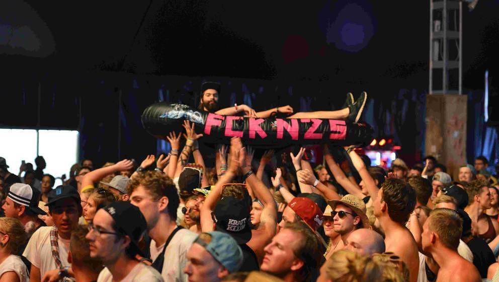 Fans bei Neonschwarz