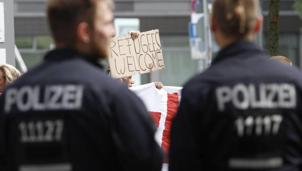 Wer arbeiten kann, kann offenbar auch feiern: Berliner Polizisten in Hamburg, hier am 27. Juni 2017 bei einer Demonstration