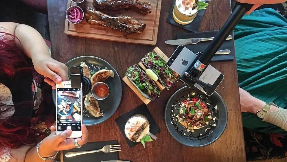 """Im Londoner Restaurant """"Dirty Bones"""" gibt es ein Starterkit für Food-Fotografen zum Essen dazu"""