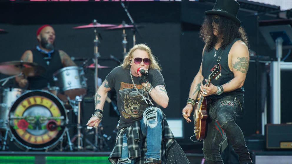 Touren gerade, als ob es kein Morgen gäbe - sie kennen sich wohl: Guns N'Roses mit Axl und Slash, hier in Paris am 7. Juli 2017