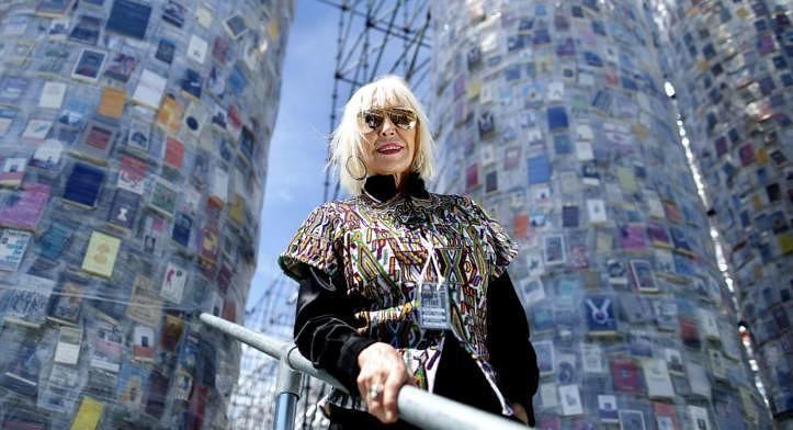 Die Künstlerin, Marta Minujin, vor ihrem Werk.