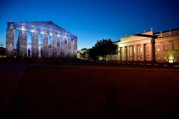 """Der """"Parthenon der Bücher"""" neben der """"Kunsthalle Fridericianum"""" auf dem Friedrichplatz in Kassel."""