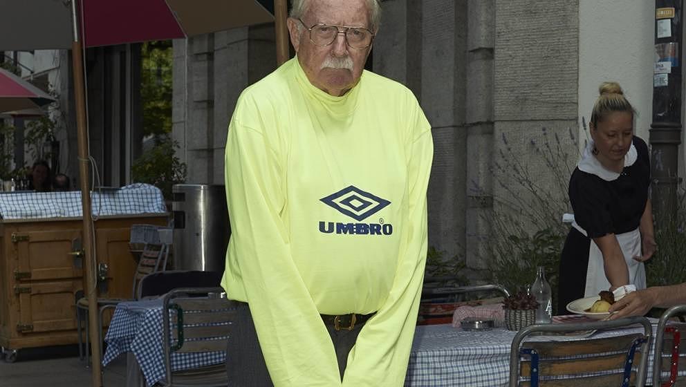 So sieht Vetements die Zukunft: Alter Mann in Umbro-Pulli.
