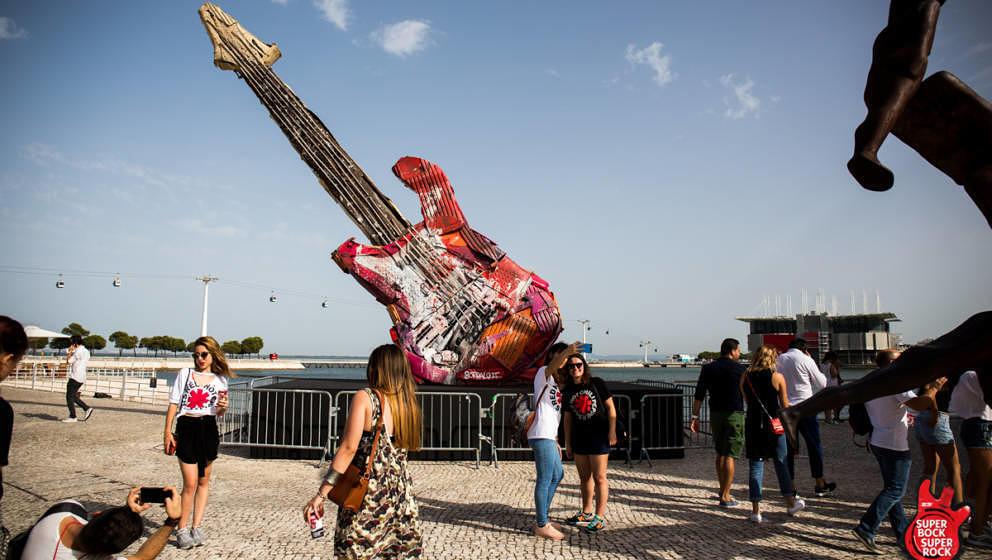 Begehrtes Foto-Objekt: Die überdimensionale Müll-Gitarre auf dem Festivalgelände