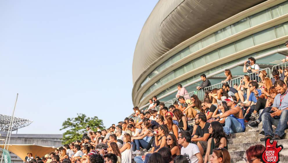 Das Publikum an der LG Stage im Schatten der Meo Arena